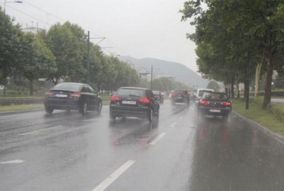 Oprez zbog mokrih kolovoza i magle